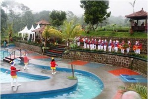 Drumband Drum Band Gita Suara Bahana saat tampil di The Mountain Recreation Park Gunung Keling.